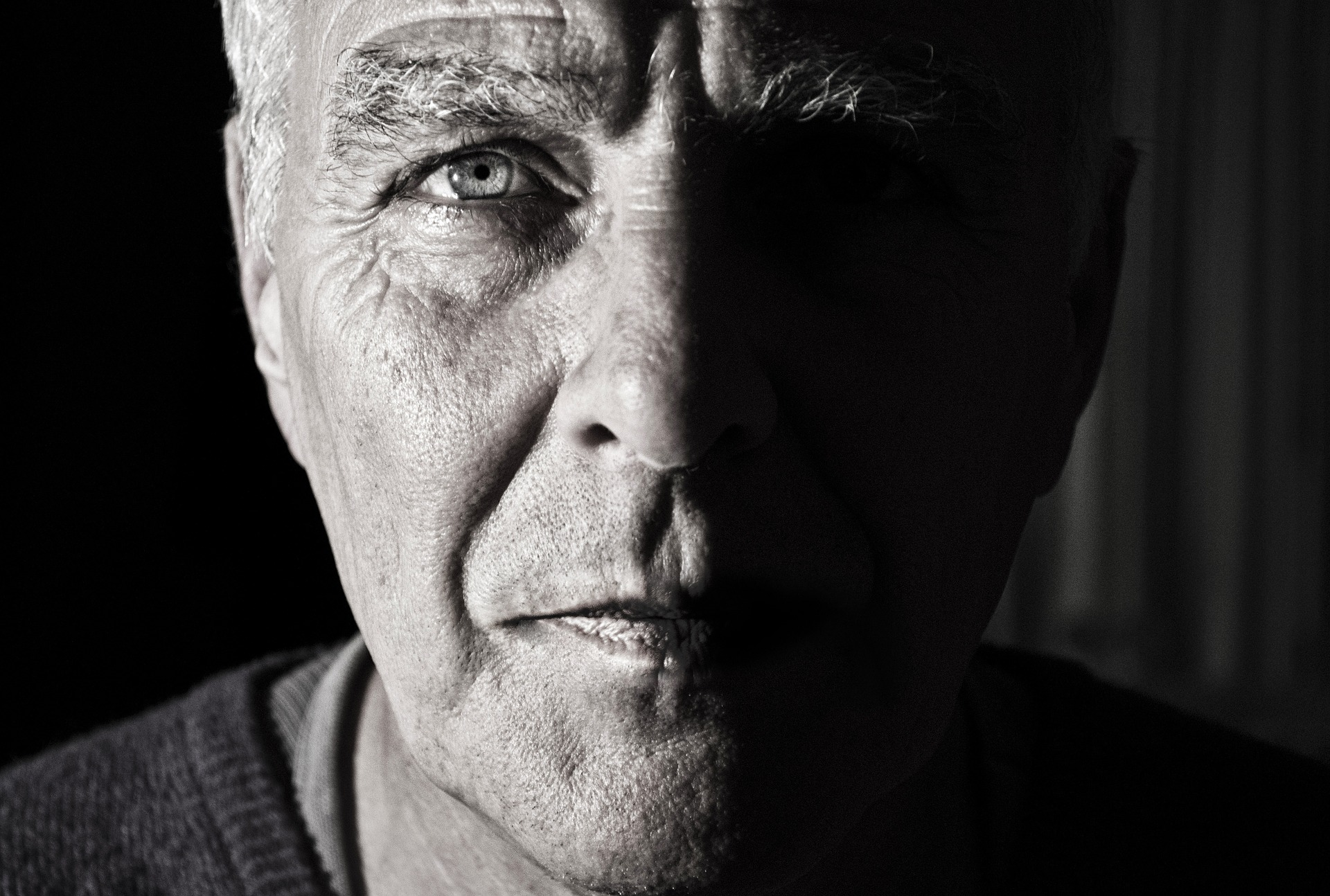 ¿Cuáles son los primeros síntomas de una parálisis facial?